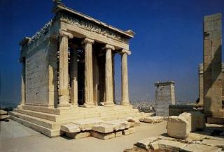Templo de Atena Niké, arquitetura jônica [Fonte: https://4.bp.blogspot.com/-026-qa_9q3g/WFHt7Oact6I/AAAAAAAADWQ/ZSCmubRRBkkv4GCEvDRYE0RzdA7zMVLmQCLcB/s1600/visita%25C3%25A7ao-templo-atena-nike-atenas.jpg]